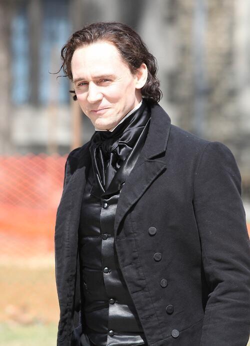 Crimson Peak: Tom Hiddleston sorride in tenuta ottocentesca