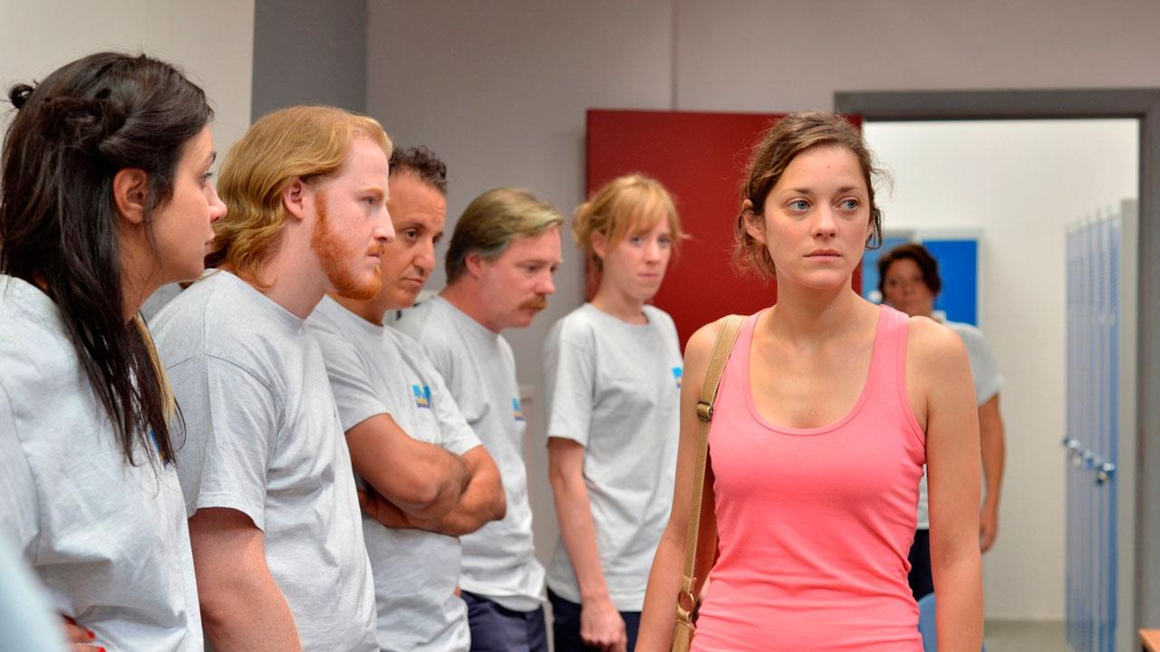 Due giorni, una notte: Marion Cotillard in una scena faccia a faccia con i suoi colleghi di lavoro
