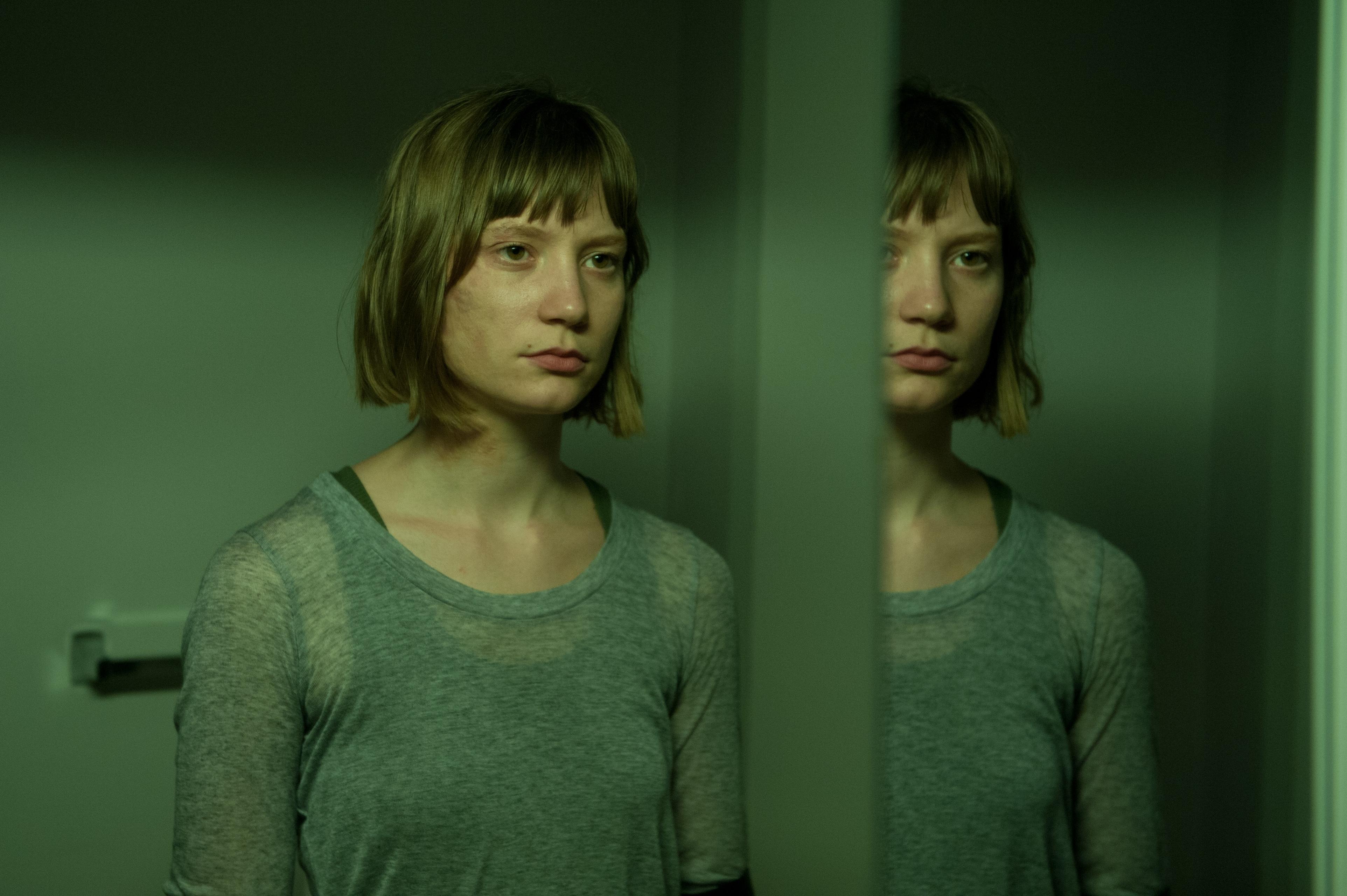 Maps to the stars: Mia Wasikowska in una scena del film