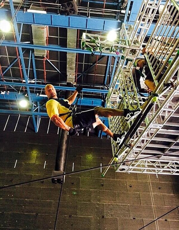 San Andreas: 3D - Ecco Dwayne Johnson impegnato in una seduta di allenamento sul set