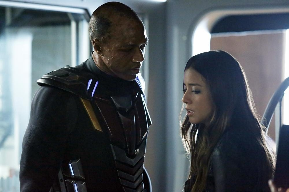 Agents of S.H.I.E.L.D.: Chloe Bennet con J. August Richards nell'episodio Nothing Personal, prima stagione