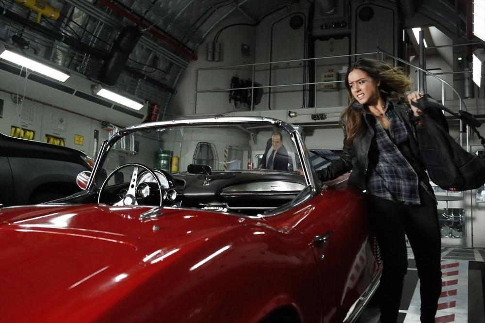 Agents of S.H.I.E.L.D.: Chloe Bennet in una scena d'azione nell'episodio Nothing Personal, prima stagione