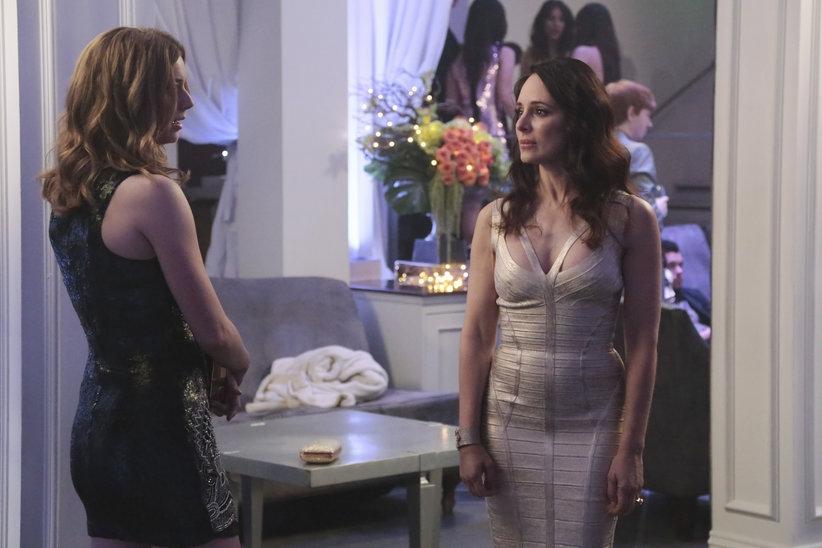 Revenge: Madeleine Stowe ed Emily VanCamp in una scena dell'episodio Revolution, terza stagione