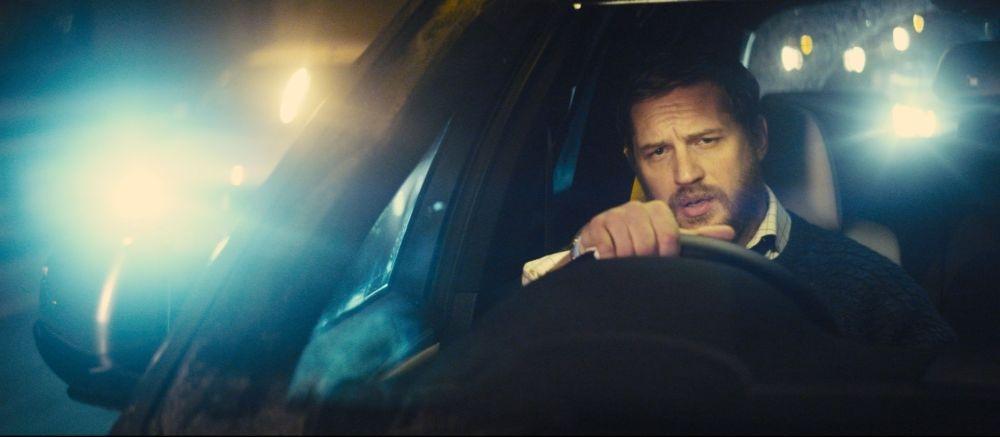 Locke: Tom Hardy in una scena circondato dalle luci dell'autostrada