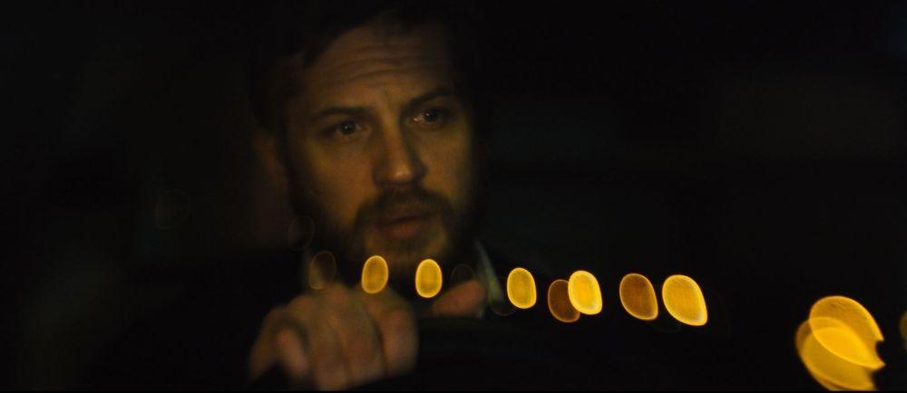 Locke: Tom Hardy in una scena del film girato interamente all'interno di un'auto in corsa