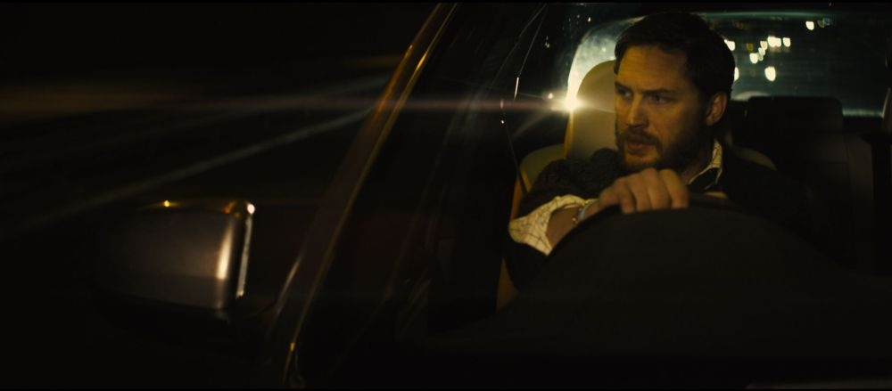 Locke: Tom Hardy in una scena del film guarda con sospetto lo specchio retrovisore