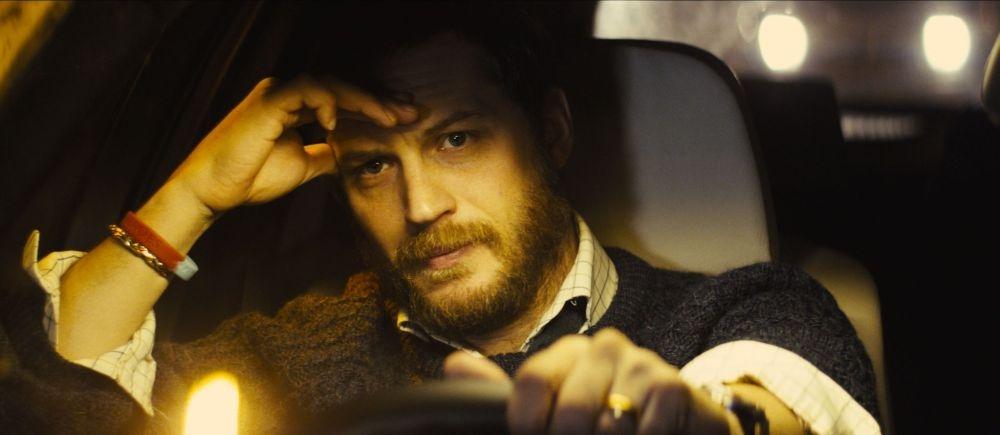 Locke: Tom Hardy pensieroso in una scena del thriller on-the-road