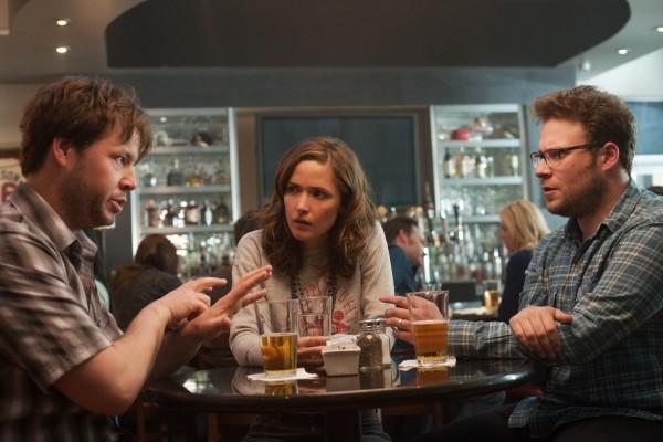 Neighbors: Seth Rogen e Rose Byrne a tavola con Ike Barinholtz
