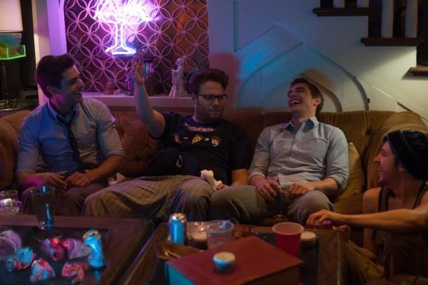 Neighbors: Seth Rogen familiarizza con i vicini Zac Efron, Dave Franco e Christopher Mintz-Plasse in un locale