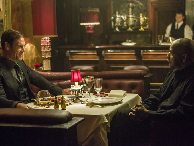 The Equalizer - Il vendicatore: Marton Csokas e Denzel Washington si incontrano in un locale