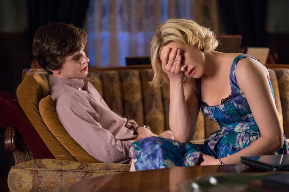 Bates Motel: Vera Farmiga insieme a Freddie Highmore nell'episodio Meltdown della seconda stagione