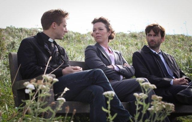 Broadchurch: David Tennant, Olivia Colman ed Arthur Darvill in una scena
