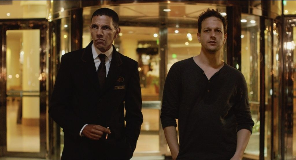 Bird People: Josh Charles in una scena del film con Roschdy Zem
