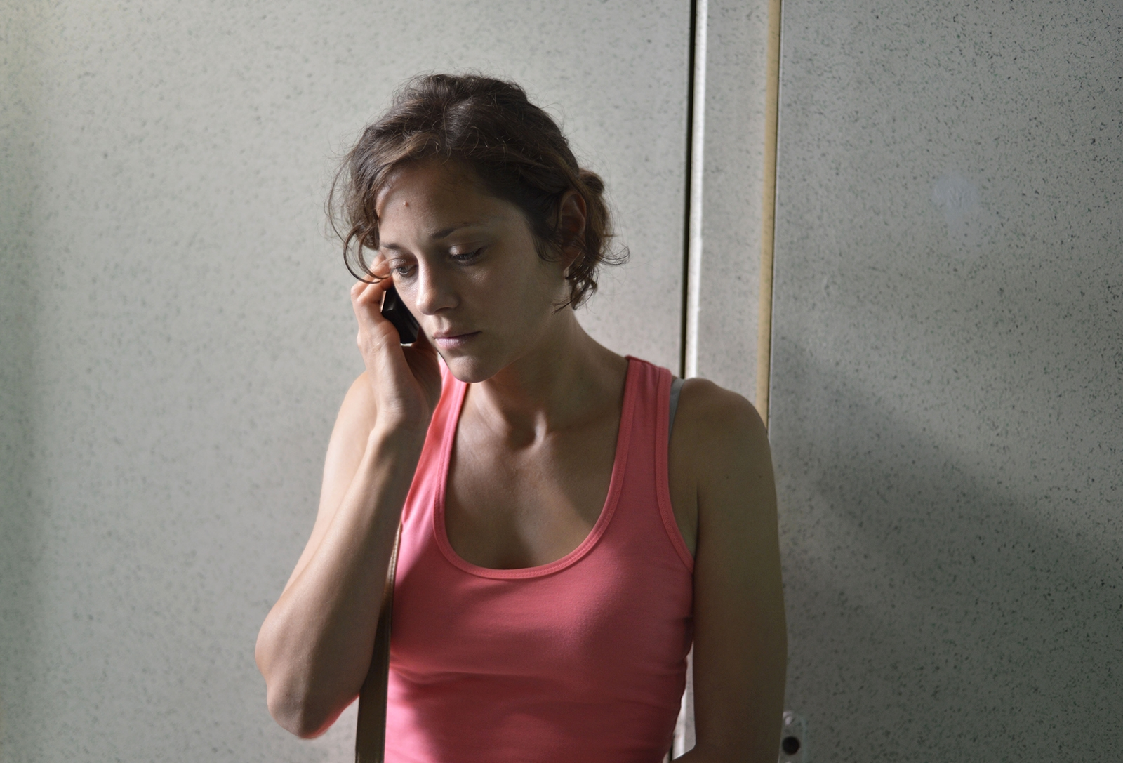 Due giorni, una notte: la protagonista Marion Cotillard in una scena