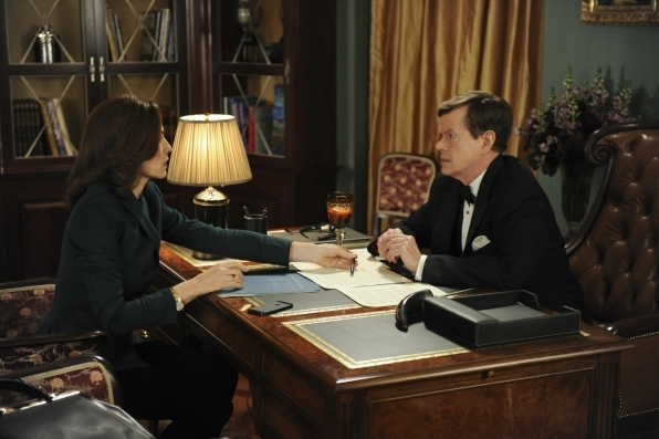 The Good Wife: Dylan Baker e Julianna Margulies nell'episodio Tying the Knot, quinta stagione