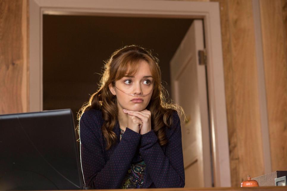 Bates Motel: Olivia Cooke in una scena dell'episodio The Box, della seconda stagione