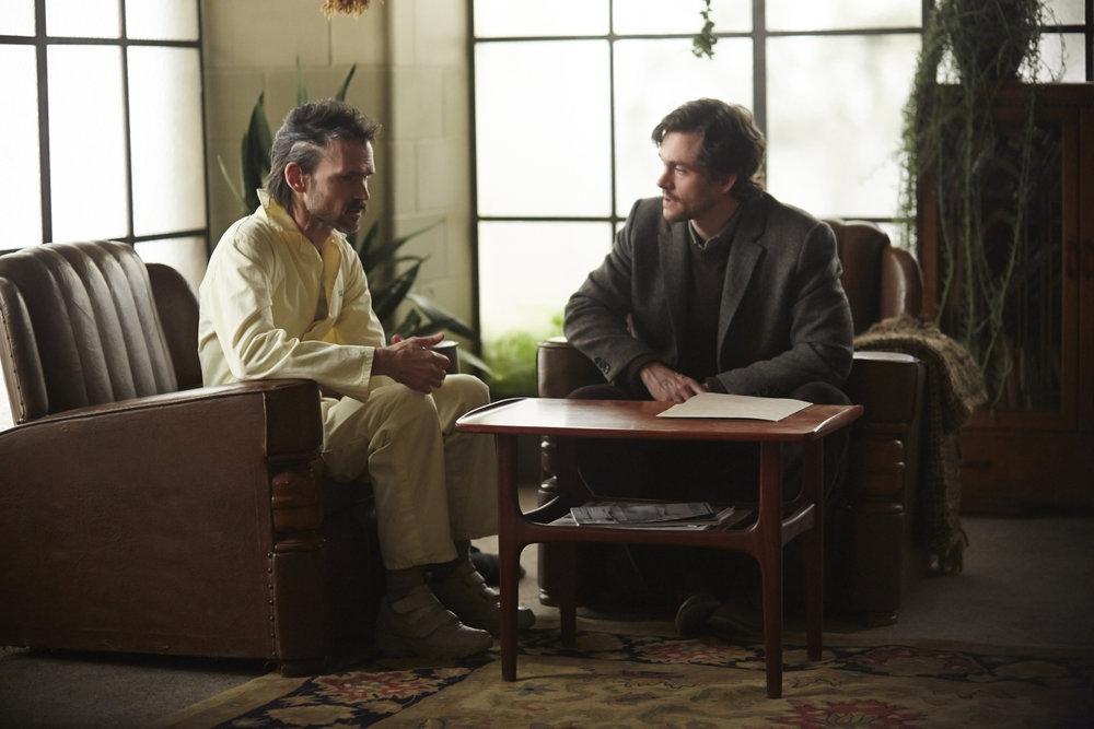 Hannibal: Hugh Dancy e Jeremy Davies nell'episodio Shiizakana, seconda stagione
