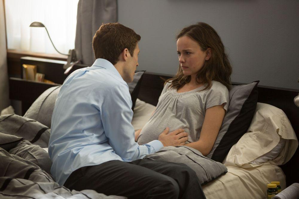La stirpe del male: Allison Miller consolata da Zach Gilford in una scena del film