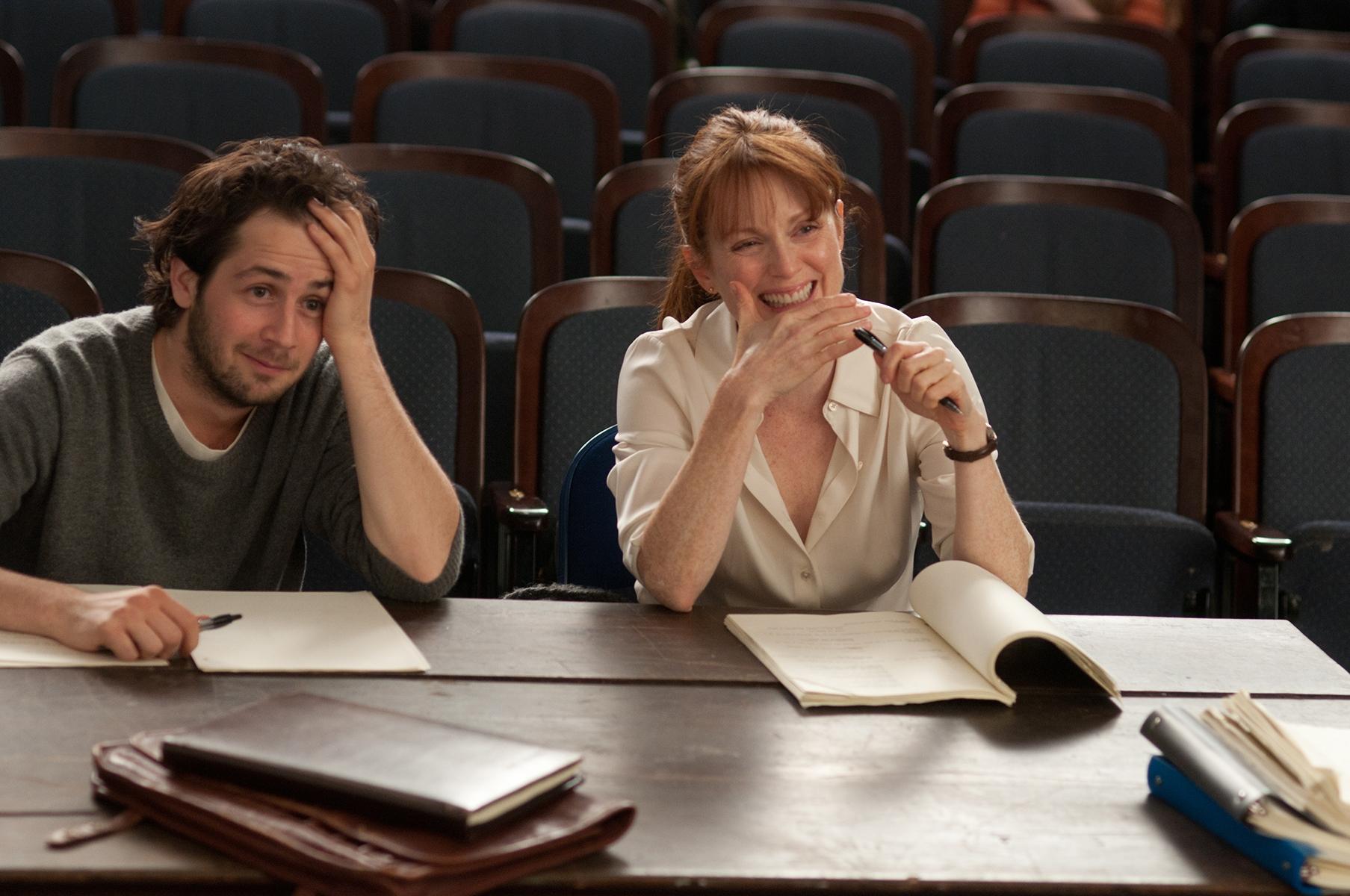 The English Teacher: Julianne Moore con Michael Angarano in una scena del film