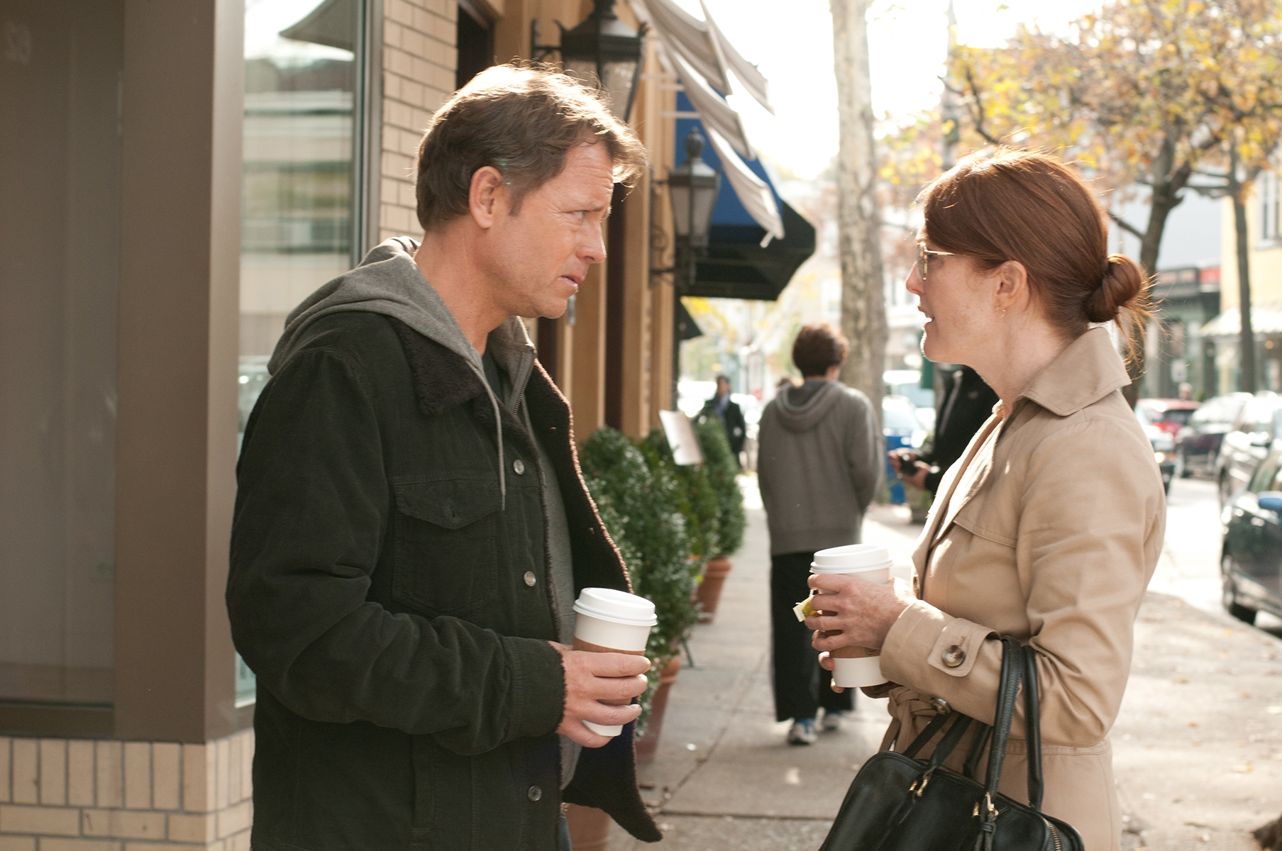 The English Teacher: Julianne Moore parla con Greg Kinnear in una scena