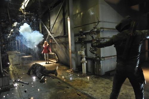 Arrow: Stephen Amell e Katie Cassidy in una scena d'azione dell'episodio City of Blood della seconda stagione