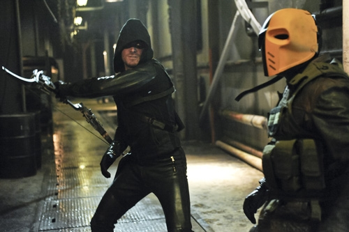Arrow: Stephen Amell in una scena d'azione dell'episodio City of Blood della seconda stagione