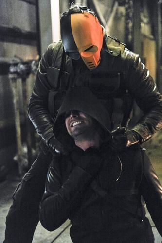 Arrow: Stephen Amell in una scena dell'episodio City of Blood della seconda stagione