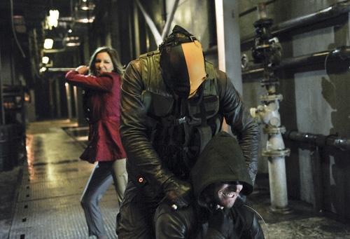 Arrow: Stephen Amell insieme Katie Cassidy in una scena d'azione dell'episodio City of Blood della seconda stagione