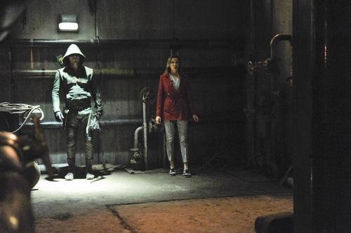 Arrow: Stephen Amell insieme Katie Cassidy in una scena dell'episodio City of Blood, seconda stagione