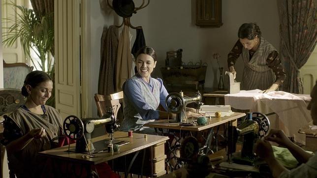 Il tempo del coraggio e dell'amore: Adriana Ugarte è Sira Quiroga nella serie spagnola El tiempo entre costuras