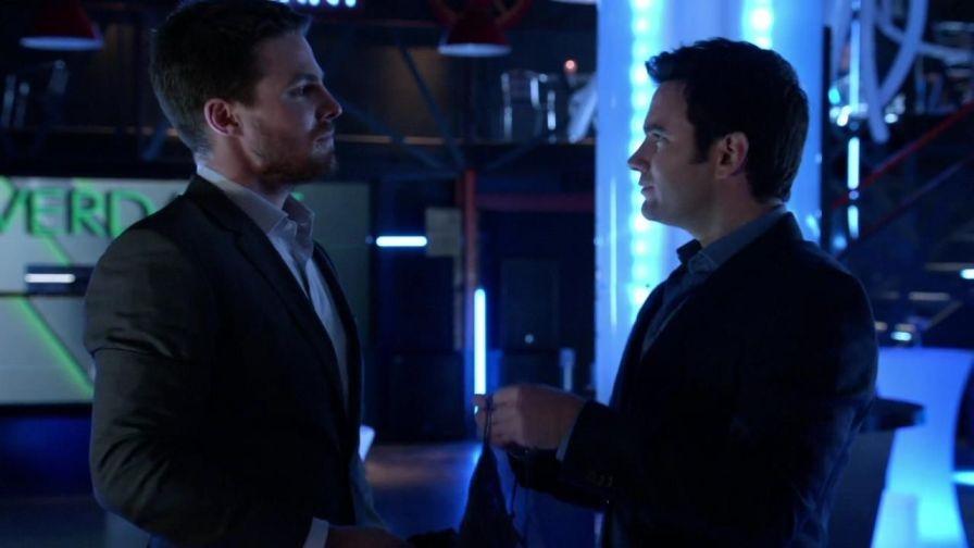 Arrow: Stephen Amell e Colin Donnell nell'episodio Conti in sospeso, della prima stagione