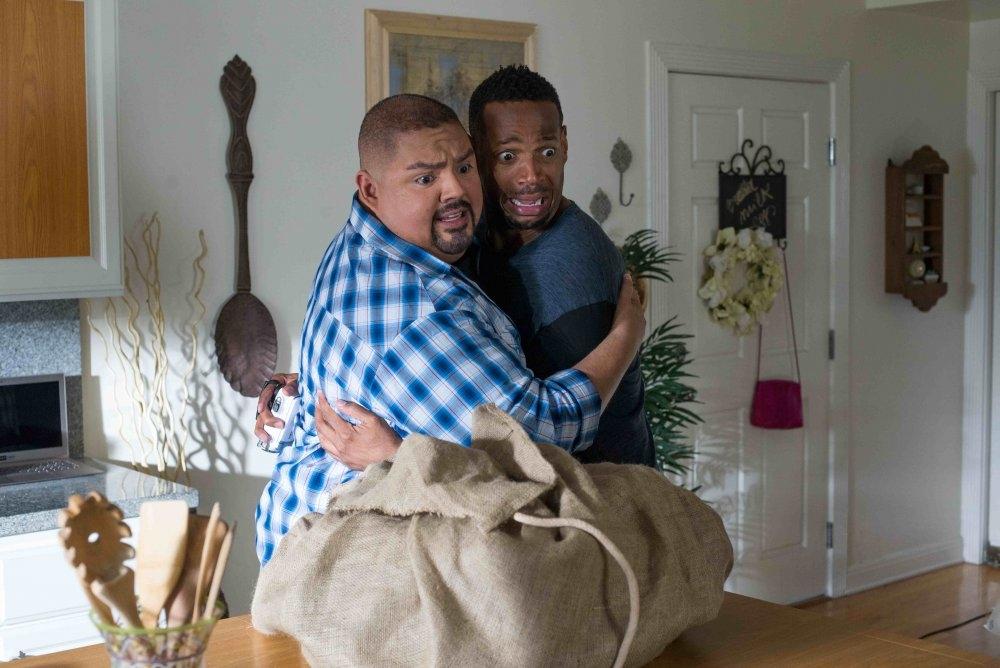 Ghost Movie 2: Marlon Wayans e Gabriel Iglesias terrorizzati in una scena del film