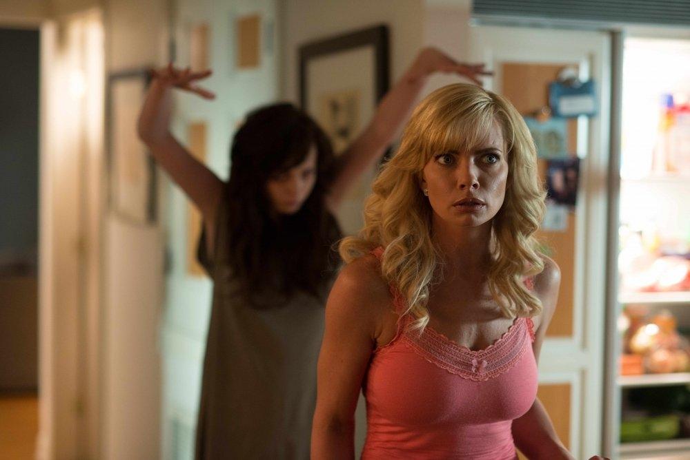Ghost Movie 2 - Questa volta è guerra: Jaime Pressly inseguita da un fantasma bislacco in una scena