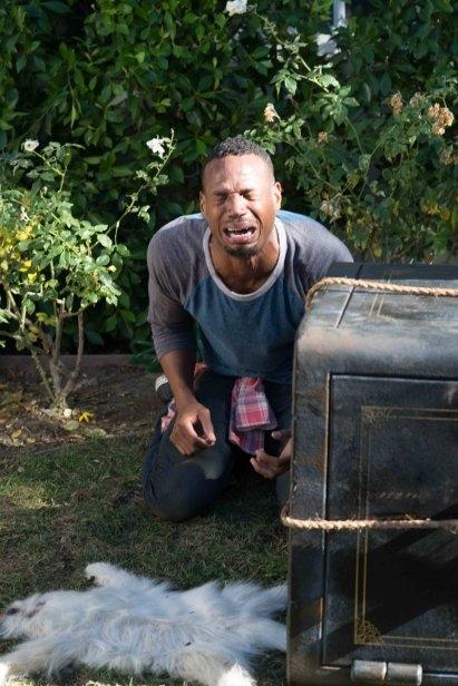 Ghost Movie 2 - Questa volta è guerra: Marlon Wayans in lacrime in una buffa scena del film