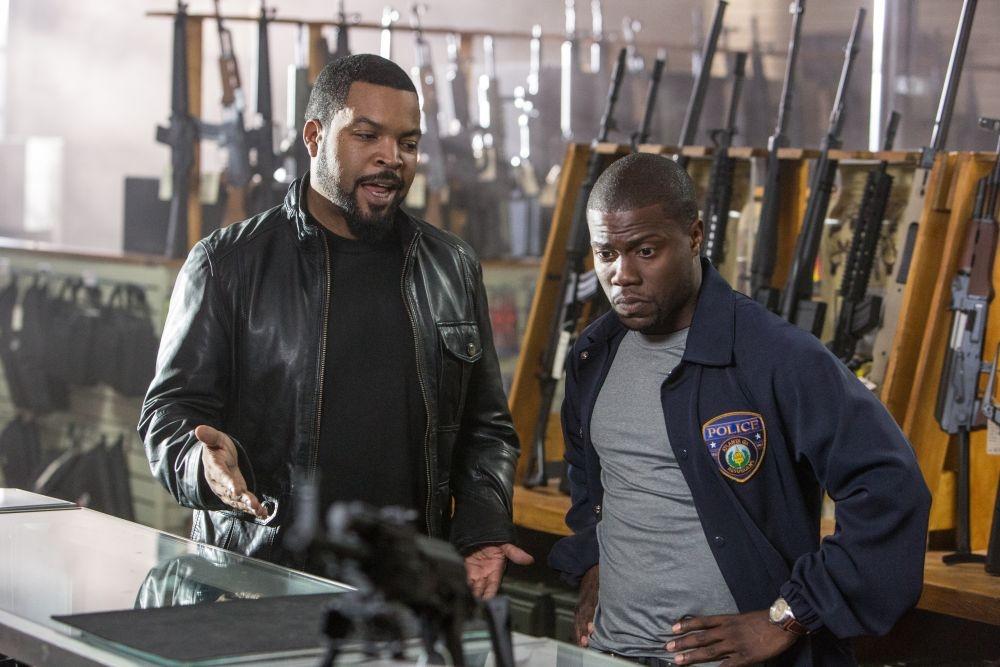 Poliziotto in prova: Kevin Hart insieme al partner Ice Cube in una scena del film action