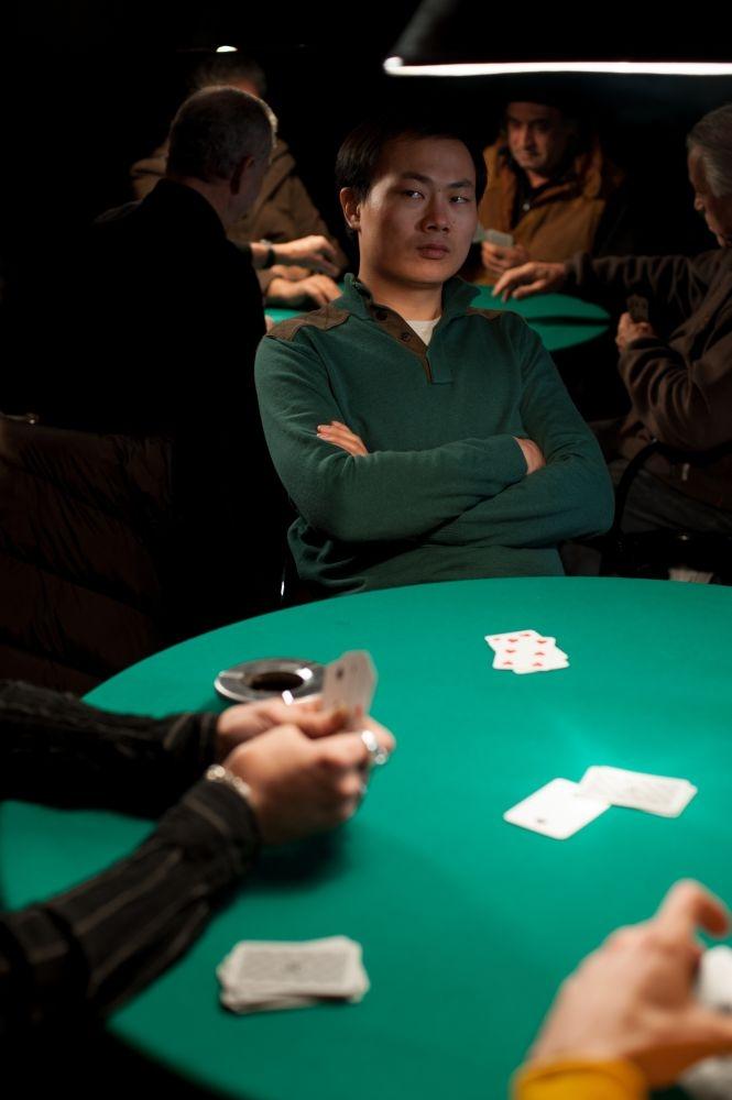 Sogni di gloria: Xiuzhong Zhang in una scena del film al tavolo da poker