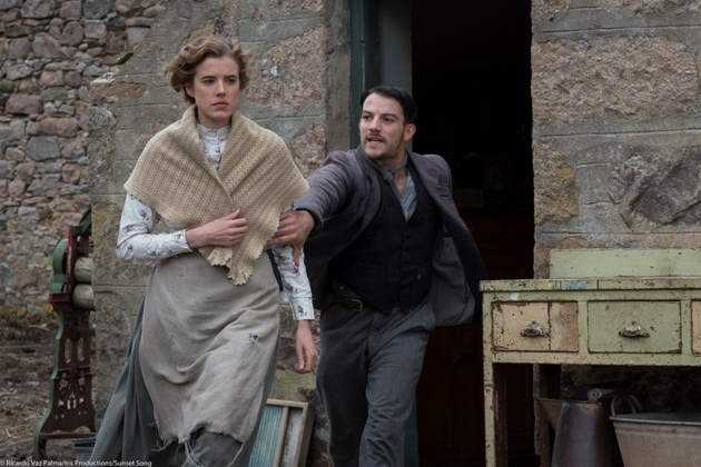 Sunset Song: Agyness Deyn e Kevin Guthrie in una scena del film