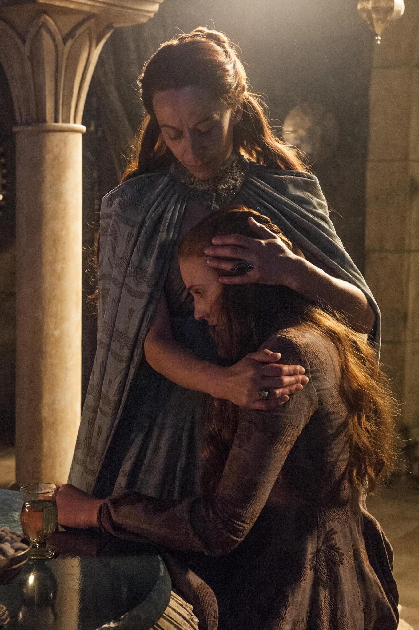 Il trono di spade: Sophie Turner e Kate Dickie nell'episodio First of His Name, quarta stagione