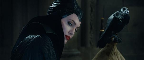 Malefica: Angelina Jolie con uno dei suoi corvi