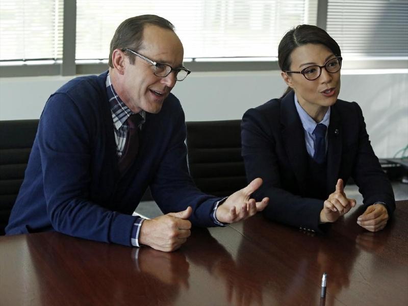 Agents of S.H.I.E.L.D.: Clark Gregg con Ming-Na Wen in una scena dell'episodio Ragtag