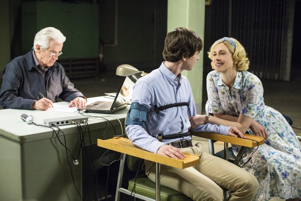 Bates Motel: Freddie Highmore con Vera Farmiga in una scena dell'episodio The Immutable Truth, seconda stagione