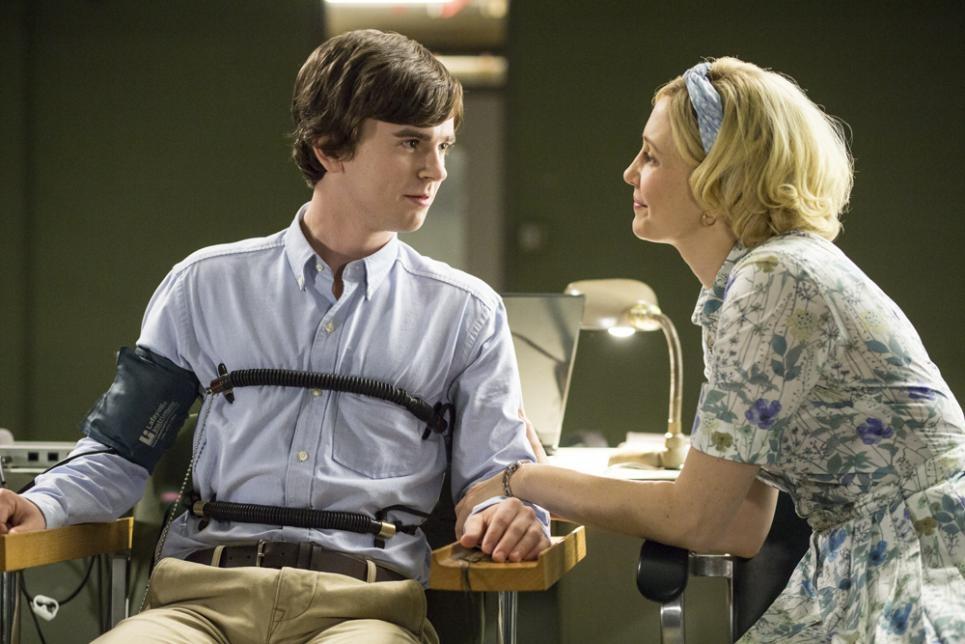 Bates Motel: Freddie Highmore insieme a Vera Farmiga in una scena dell'episodio The Immutable Truth, seconda stagione