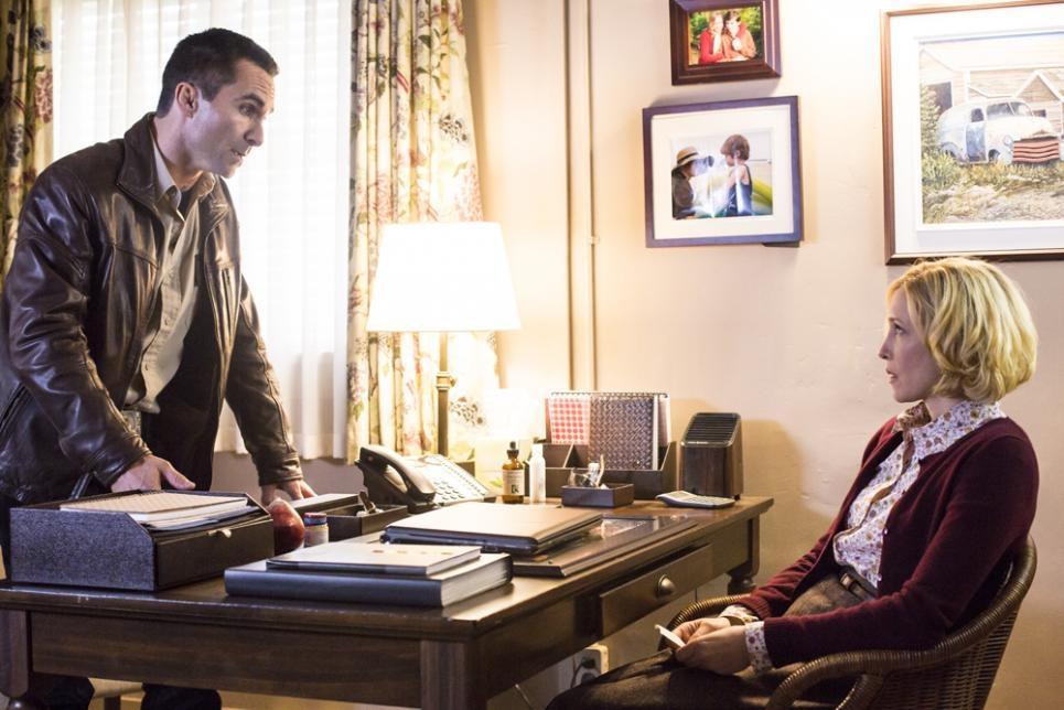 Bates Motel: Vera Farmiga insieme a Nestor Carbonell nell'episodio The Immutable Truth, seconda stagione