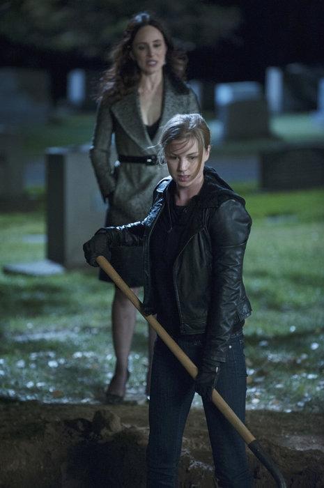 Revenge: Madeleine Stowe insieme a Emily VanCamp in una scena dell'episodio Execution, terza stagione