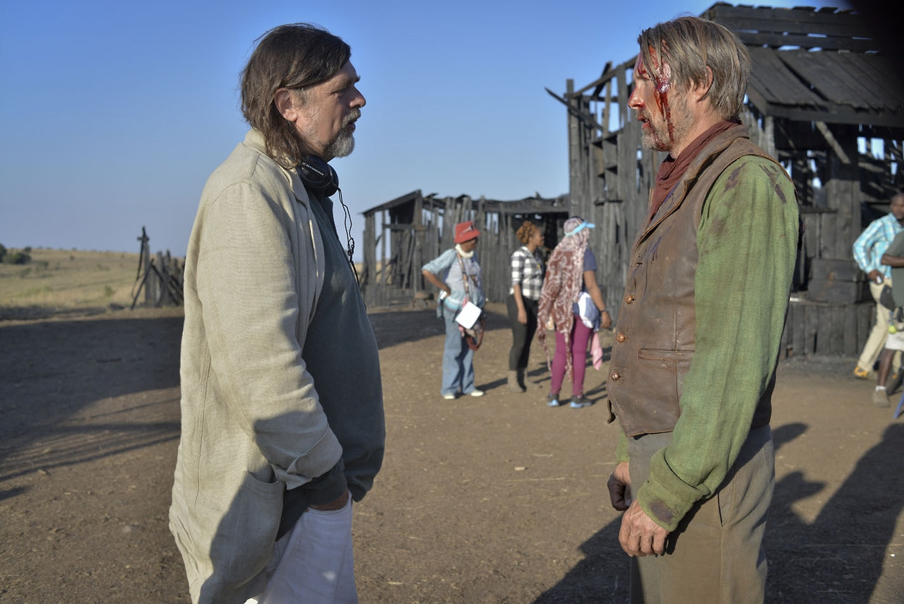 The Salvation: Mads Mikkelsen sul set con il regista Kristian Levring