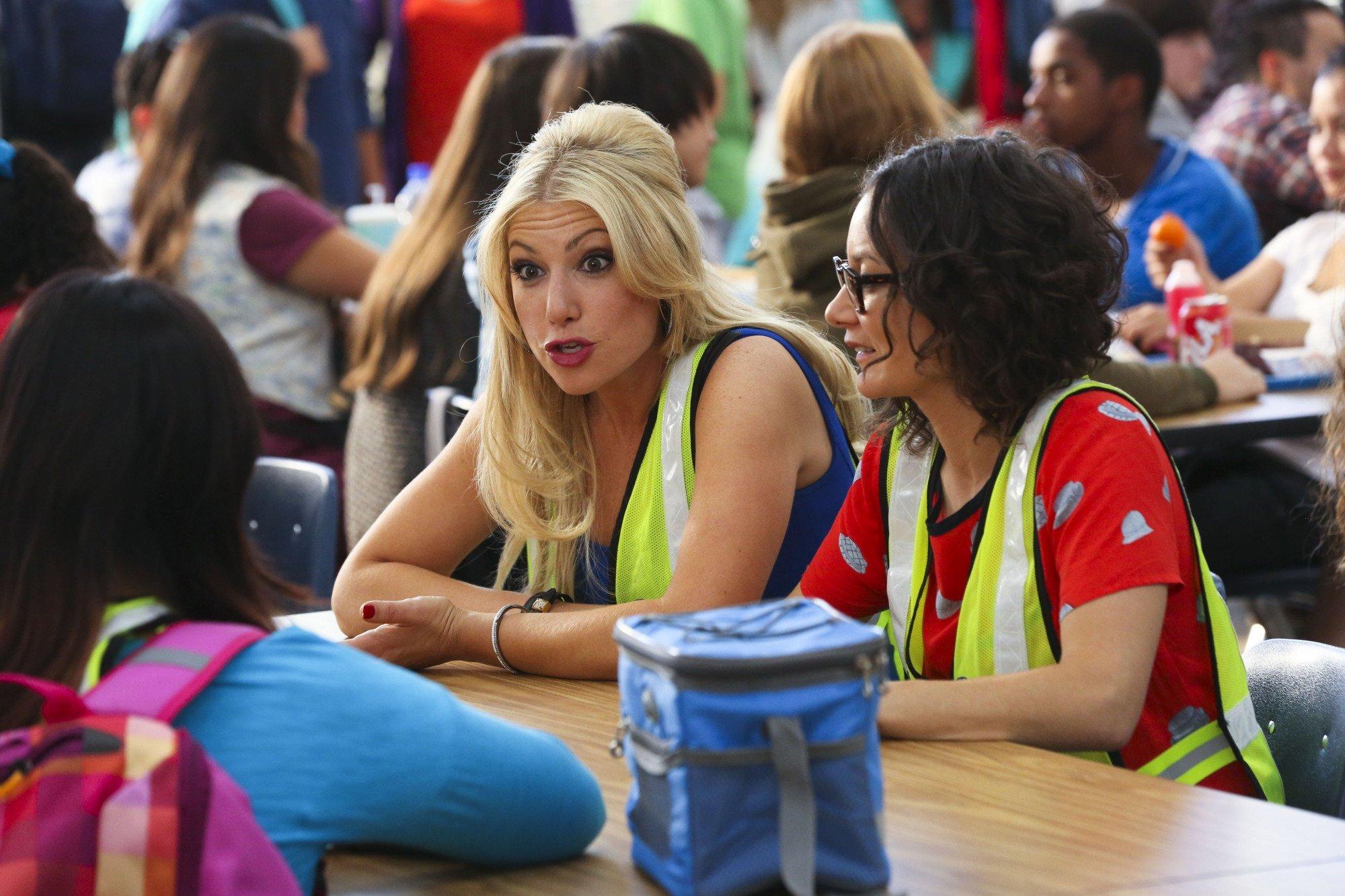 Bad Teacher: Ari Graynor e Sara Gilbert in una scena del primo episodio