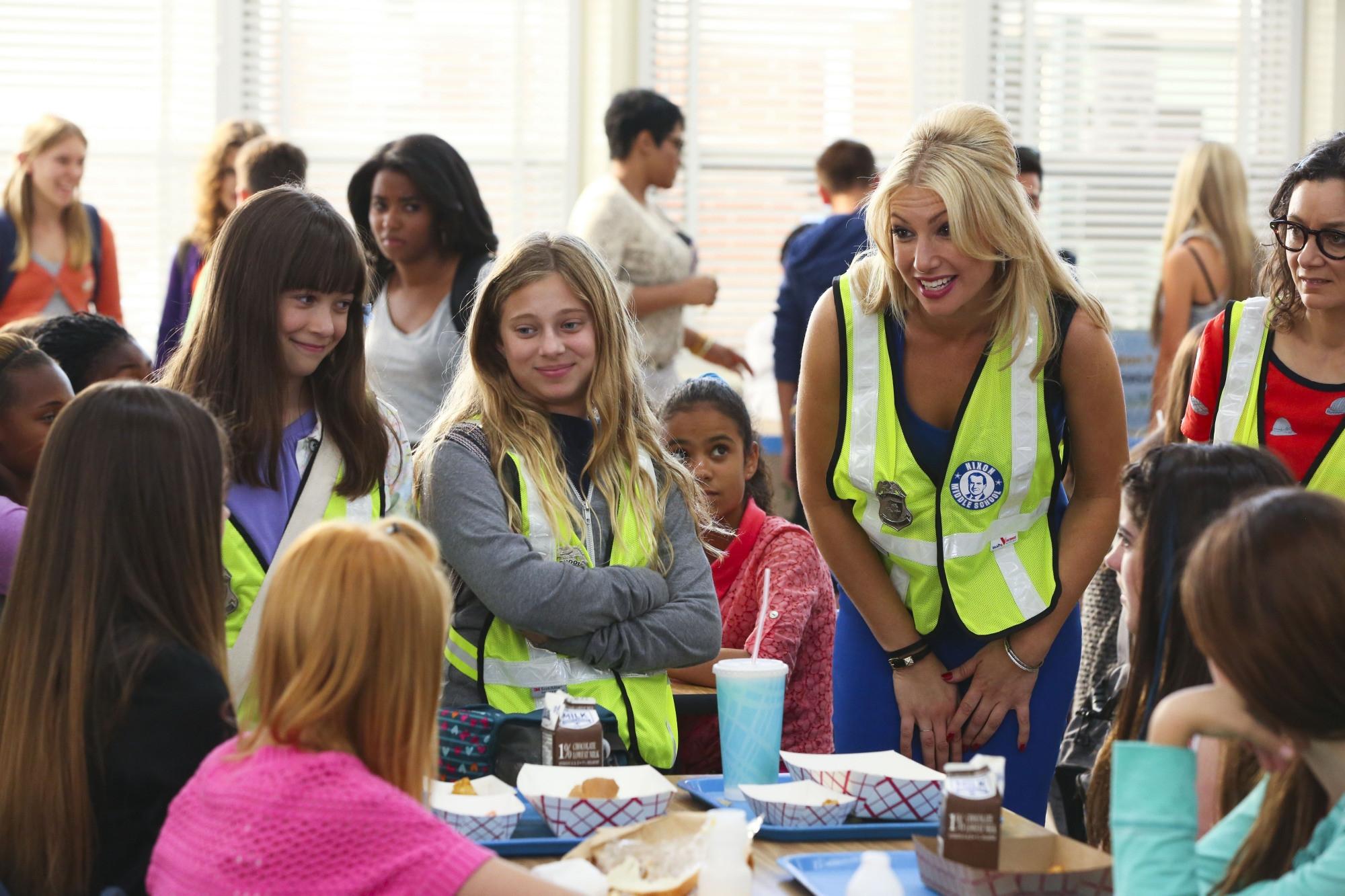Bad Teacher: Ari Graynor, Gracie Kaufman, Sara Gilbert, Sara Rodier in una scena del primo episodio