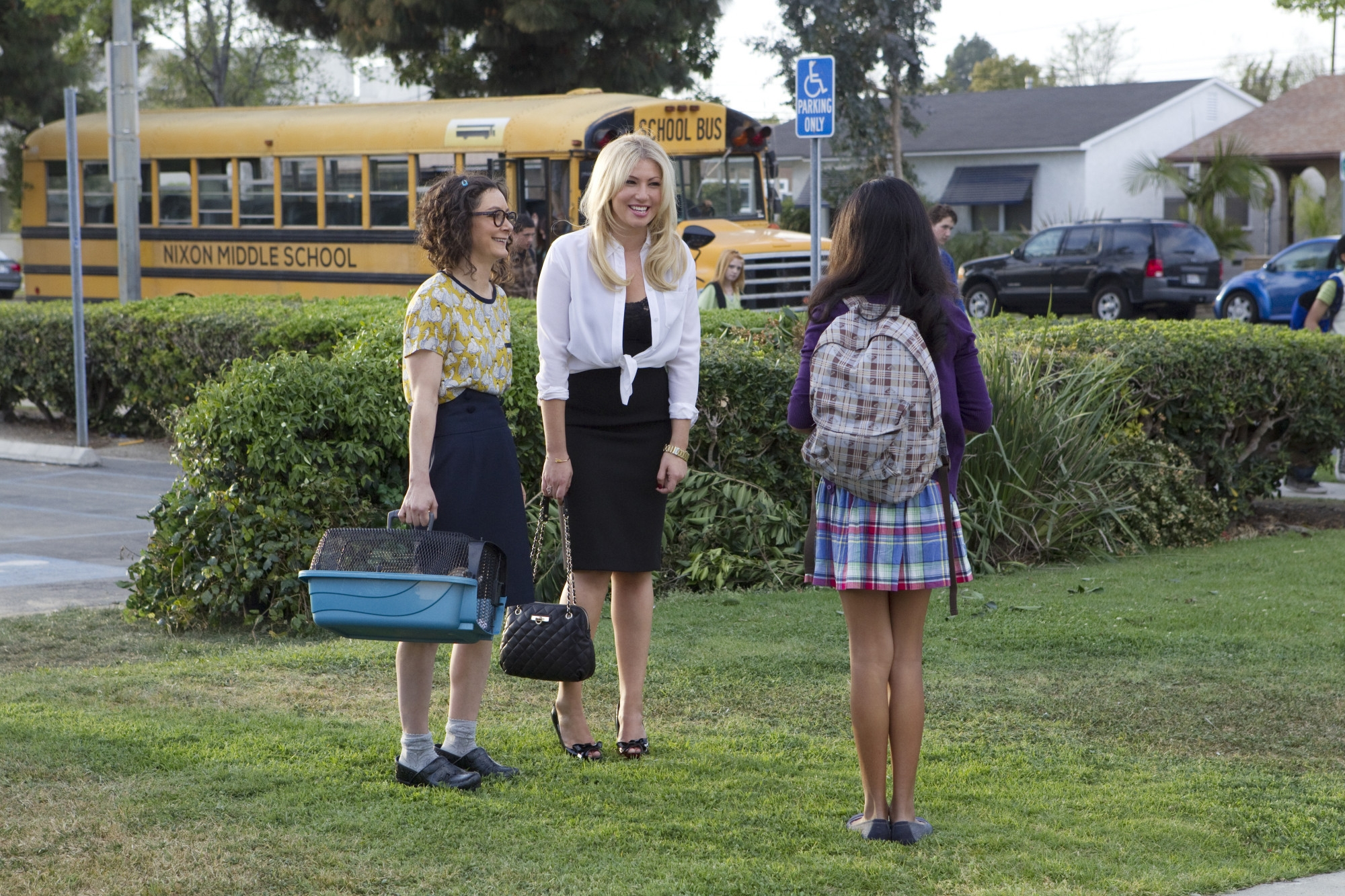 Bad Teacher: Ari Graynor insieme a Sara Gilbert in una scena del primo episodio