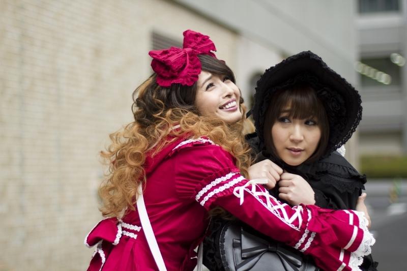 Musashino-sen No Shimai: Natsuki Kato abbraccia Sayaka Nakaya