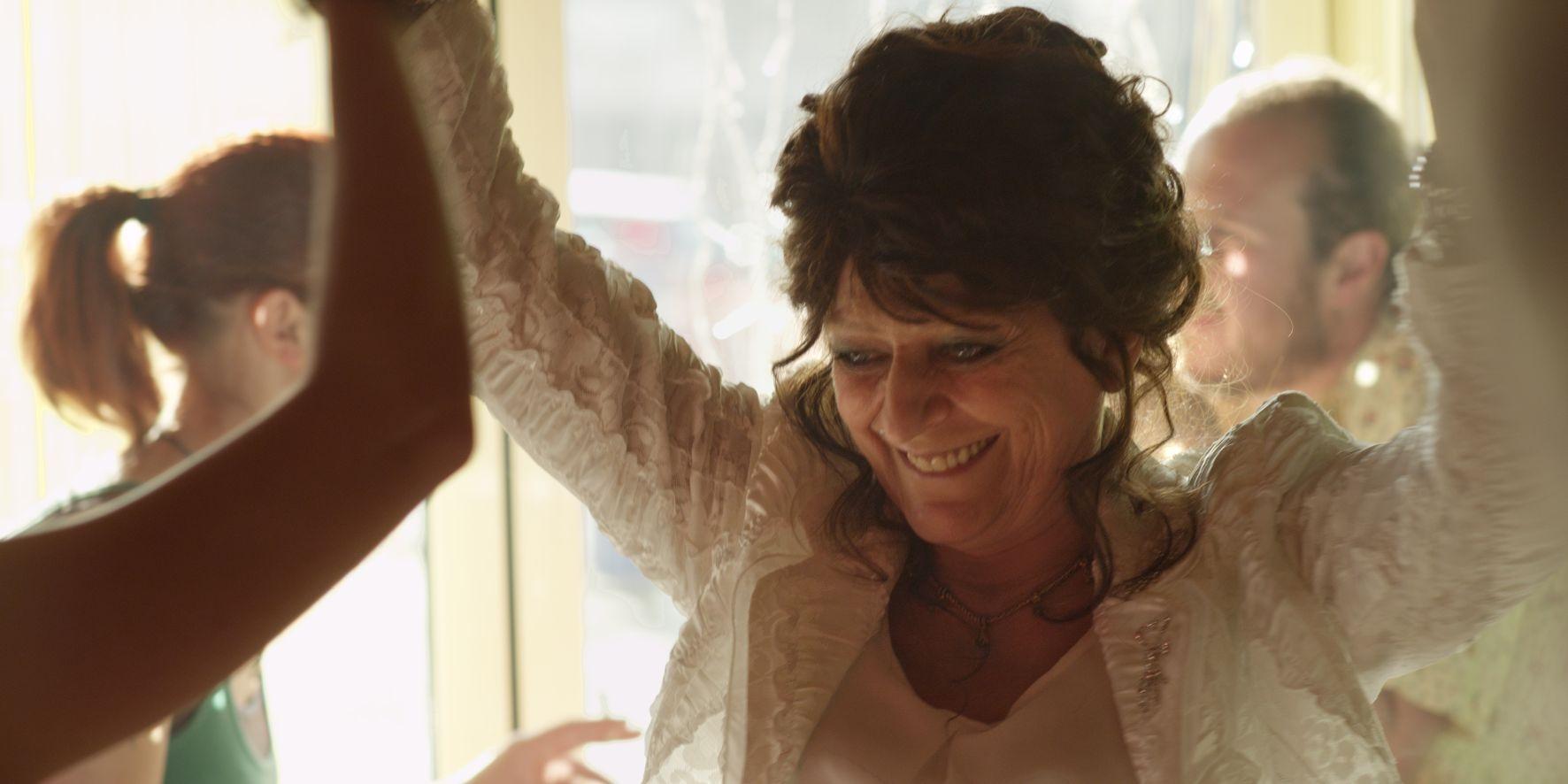 Party Girl: la protagonista del film durante un ballo